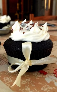 Classic chocolate cupcake with white vanilla frosting. #istiloJuan