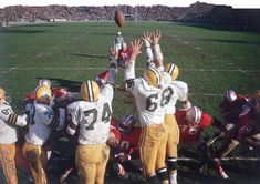 Tommy Davis barely avoids the outstretched arms of Green Bay defenders while attempting a field goal during a 1962 game. Nfl Photos, Sports Photos, School Football, Nfl Football, Neil Leifer, 49ers Players, Vintage Football, San Francisco 49ers, Green Bay Packers