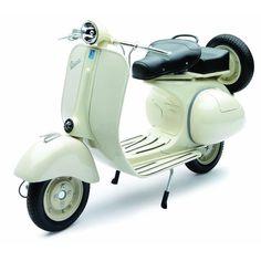 De Vespa is de beroemdste scooter ter wereld. Bekijk je het legendarische model 150VL1T van de Vespa, dan kun je niet ophouden met bewonderen, zo prachtig is deze uitvoering. De miniatuuruitgave van de Vespa 150VL1T is een cadeau voor liefhebbers van design en nostalgie uit de jaren 50.