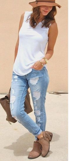 Summer Outfit. Blusa blanca sin mangas sombrero y botines cafes