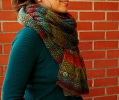 Estas são duas das, pelo menos, seis maneiras com que se pode usar esta écharpe.  Totalmente feita à mão e por encomenda.  ( vendid...