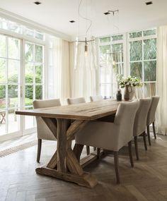 Natuurlijke tinten zoals beige en bruin in combinatie met een houten eettafel zorgen voor een rustig en sfeervol geheel | Rofra Home