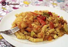 Espirales de pasta con verduras y langostinos al curry y mandarina