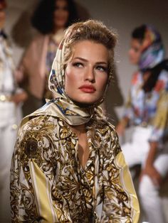 Karen Mulder - Versace is set to be one of the most talked about brands this spring, and here we look back at the most amazing pictures from the archive! Fashion Models, Look Fashion, 90s Fashion, Retro Fashion, Runway Fashion, High Fashion, Fashion Beauty, Vintage Fashion, Fashion Outfits