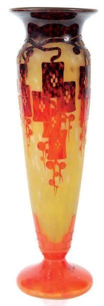 Le Verre Francais - EUR 1300 - Vase de forme balustre sur piédouche modèle «Frênes» en verre gravé à l'acide à décor orangé sur fond jaune marbré. Signé. H.: 52 cm. Épinay Sur Seine, Art Deco Glass, Vases, Art Nouveau, Ceramics, Artsy Fartsy, Glass, Etched Glass, Glass Art