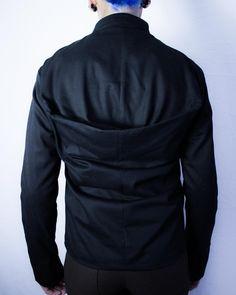 Jaqueta com frente de couro sustentável removível e capuz falso - Moda masculina e sustentável, para homens com estilo alternativo