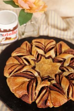 braided nutella croissant: Forget about pain au chocolat, THIS is the best combination of Nutella and bread ever! Croissant Nutella, Braided Nutella Bread, Mini Croissant, Croissant Bread, Nutella Star Bread, Croissants, Baking Recipes, Dessert Recipes, Desserts