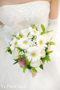 ガーベラのクラッチブーケ ベージュのバラを挿し色に @アニヴェルセル東京 ys floral deco