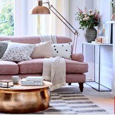 Pra quem curte e acompanha tendência... Fala se vc não suspirou com esse sofá (que parece tecido mescla, mas não deve ser) junto com essa luminária de piso + mesa de centro bronze????? Suuuuuuper trend #bronze e #rose .  Já pra pastinha!  #projeto #arquiteta #desenho #home #casa #decor #decoração #decoracao #design #interiordesign #designdeinteriores #arquitetura #arquiteturadeinteriores #home #casa #reforma #dicasdedecoracao #dicasdedecoração #livon #livondecor #instahomedecor #cool #sofa…
