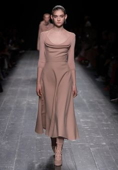 Официальный сайт Valentino –, Для Женщин. Откройте коллекцию Valentino. Образы с подиума, аксессуары и многое другое.