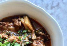 Gulasz wołowy z warzywami i specjalnym dodatkiem przyspieszającym odchudzanie Chili, Soup, Beef, Cake, Decor, Kitchens, Cooking Recipes, Kochen, Pie Cake