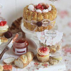 Dolce buongiorno con alcune mie composizioni statiche da collezione realizzate negli anni in scala 1/12. Se vi fa piacere, seguitemi nella fanpage di Facebook link in bio #mini #minis #miniature #miniatures #miniaturefood #polymerclay #fimo #dollhouseminiatures #cake #chocolate #cute #adorable