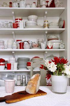 Porcelain in red and white. Foto Martin Sølyst, styling Eva-Marie Wilken