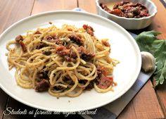 La pasta pomodori secchi capperi e pangrattato è un primo piatto facile e veloce ideale per pranzi brevi e veloci o per una cena leggera e sfiziosa.