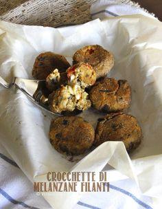 Crocchette di melanzane filanti.. uno scrigno di morbida bontà! Ottimo piatto vegetariano e leggero. La ricetta la trovate su http://noodloves.it/crocchette-di-melanzane-ripiene/