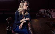 壁紙をダウンロードする スカーレット-ヨハンソン, 米国人女優, 美女, 金髪, テーブル