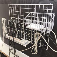 「. . #テレビ裏 重ーいオケツと腰を持ち上げて やっと配線整理が出来ました . 我が家のテレビ周りはとにかく配線が多い! テレビ ゲーム ブルーレイレコーダー ハードディスク ステレオetc...…」