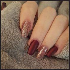 Burgundy and rose gold holo for Fall 🍁 - NailiDeasTrends Nails To Go, Gel Nails At Home, Hair And Nails, Red And Gold Nails, Maroon Nails, White Toenail Fungus, Burgendy Nails, Pink Wedding Nails, Wedding Makeup