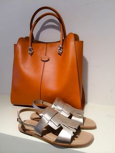 Tod's metallic fringed sandal with orange shopper from Tod's spring summer collection 2014. www.wunderl.com