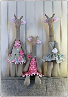 Håndlagede Sirkusgiraffer (Mokkamaster) ... Handmade Tilda fabric giraffes. (Tone Finnanger)