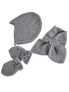Når baby skal ud i kulden, er disse dele uundværlige: Velsiddende hue, vanter med bindebånd og et lille halstørklæde, der bliver på plads. Få strikkeopskrifterne her. #strikkeopskrifterbaby - papare Knitting For Kids, Baby Knitting Patterns, Baby Patterns, Baby Set, Crochet Baby Sweaters, Knit Crochet, Baby Kids Wear, Baby Barn, Vogue Knitting