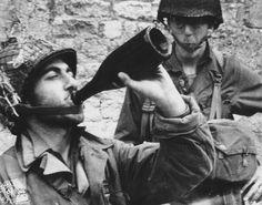 Deux GI's, dont un goute à la boisson locale, le cidre. Selon les témoignages des Normands, les Américains étaient très réticents à boire ce que les civils leur offraient, il fallait d'abord boire avant eux. Après ce fut différent et le Calvados fit parfois des ravages avec dans certains cas son cortège de violence.