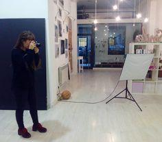 Gabriela Mallea Fotografía, Momentos Fotografía, Mascotastudio fotografia de Mascotas e Isabel II (Dato 12) comparten un espacio de coworking especializado en fotografía de bodas; embarazadas y recién nacidos, niños y comuniones; animales; y maquillaje, peluquería y estilismo para eventos.
