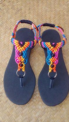 Macramé Calzado : octubre 2016 Rope Sandals, Shoes Flats Sandals, Bare Foot Sandals, Crochet Sandals, Beaded Sandals, Crochet Shoes, Flip Flop Craft, Handmade Leather Shoes, Shoe Pattern