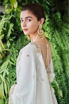 15 Most Gorgeous Ethnic Outfits Alia Bhatt Wore for 'Kalank' Promotions! Alia Bhatt Photoshoot, Indian Photoshoot, Saree Photoshoot, Beautiful Bollywood Actress, Beautiful Indian Actress, Beautiful Actresses, Maya, Alia Bhatt Cute, Fashion Photography Poses