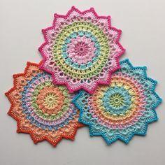 Mandala die je kunt ophangen of kunt gebruiken als onderzetter. Ideaal project om restjes haakgaren op te maken ook. Gratis haakpatroon van Crochet Millan.