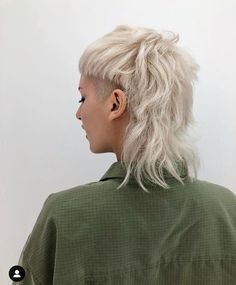 sides modern mullet, -Shaved sides modern mullet, - Hair Style: O retorno do mullet Style finder - Collections - 2016 Duality Girl Short Hair, Short Curly Hair, Short Hair Cuts, Short Punk Hair, Curly Hair Shaved Side, Punk Girl Hair, Pixie Cuts, Summer Haircuts, Summer Hairstyles