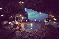 El restaurante Grotta Palazzese se ubica dentro de las cuevas de Polignano, en Bari, y es uno de los mejores lugares para comer de toda Italia, si no del mundo.