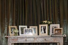 Na recepção, aparador com fotos dos casmentos da família. Casamento de Carol & Renato