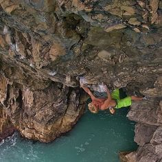 Ed on 'Gates of Greyskull' at Lulworth cove. One of the best 7b+'s in the UK #NoBetaNeeded