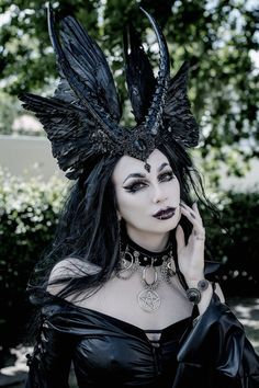 Evil valkyrie headdress - Gothic devil horns and raven wings headpiece - Halloween festival wedding cosplay LARP costume Valkyrie Costume, Demon Costume, Larp, Halloween Festival, Halloween Kostüm, Raven Halloween Costume, Wiccan, Raven Wings, Fantasy Costumes
