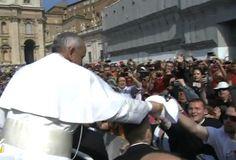 Papa Francisco intercambia su solideo con peregrinos en Plaza de San Pedro