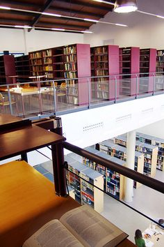 Biblioteca de Derecho y Cc. del Trabajo. Universidad de Sevilla. Otra vista de las dos salas.