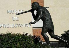 Statue de l'Homme de Tautavel devant le Musée de Préhistoire