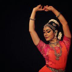 Recital in chennai 2017 Bharatanatyam dancer. Folk Dance, Dance Art, Creative Book Covers, Dancers Pose, Indian Aesthetic, Dancer Photography, Indian Classical Dance, Pen Drawings, Dance Tips