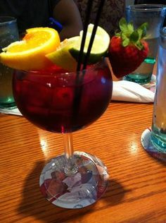 Olive Garden Berry Sangria... Just add some cherries, Jack! Olive Garden Sangria Recipe, Olive Garden Recipes, Olive Garden Wine, Olive Garden Desserts, Sangria Drink, Cocktail Drinks, Cocktails, Red Wine Sangria, Martinis