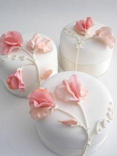 Peach sweet pea individual cakes Individual white iced wedding cakes with sugar sweet peas Gorgeous Cakes, Pretty Cakes, Amazing Cakes, Fancy Cakes, Mini Cakes, Fondant Cakes, Cupcake Cakes, Tea Cakes, Individual Wedding Cakes