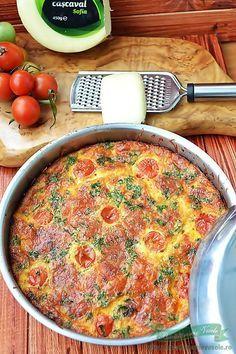 Frittata este o combinatie de oua, legume proaspete, ierburi aromatice si branzeturi. Este buna atat calda cat si rece. Spre deosebire de omleta, la care amesteci in acelasi vas toate ingredientele de la inceput, la frittata le asezi in straturi in tigaie. Frittata se poate gati atat pe aragaz cat si in cuptor. O coci Helathy Food, Vegetarian Recipes, Cooking Recipes, Good Food, Yummy Food, Romanian Food, How To Cook Eggs, Appetisers, Quick Easy Meals