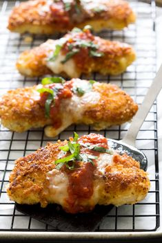 The BEST Chicken Parmesan. A quick and easy 30 minute weeknight meal everyone will love! Now I know that's saying a lot but this Chicken Parmesan is pretty darn amazing. Pollo Frito Kfc, Weeknight Meals, Easy Meals, Chicken Parmesan Recipes, Chicken Parmesean, Crispy Chicken, Chicken Parmesan Recipe Without Egg, Cooked Chicken, Crusted Chicken