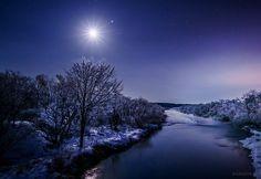 白い月夜。月光の下、霧氷が何もかも真っ白にしてしまう夜。(先日、北海道にて撮影)今日もお疲れさまでした。明日も穏やかな1日になりますように。 pic.twitter.com/1XVYlMMTeF