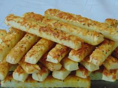 Rozi Erdélyi konyhája: Sajtos rudak Onion Rings, Bacon, Cookies, Breakfast, Ethnic Recipes, Food, Crack Crackers, Morning Coffee, Biscuits