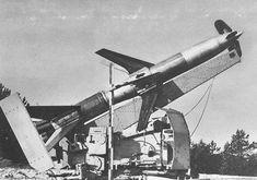 Un missile sol-air allemand Rheintochter R1 sur son pas de tir   by ww2gallery