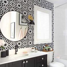 Un baño en blanco y negro. Antes y después
