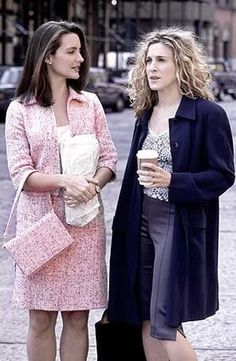Charlotte York and Carrie Bradshaw Season 1 - Sex and the City Sarah Jessica Parker, Kristin Davis, Carrie Bradshaw Estilo, Carrie Bradshaw Outfits, Carrie And Big, Charlotte York, Charlotte Dress, The Carrie Diaries, Celebrity Style Guide