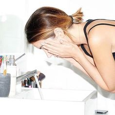 Are you sure you washed your Saturday night make-up off!? As most foundations, powders + mascaras are made from harsh substances; when it stays on for the next day it clogs your pores and leads to the appearance of more acne, blackhead breakouts and skin discoloration💥That's why we keep our skin in check by using the double-cleanse method that includes first a oil-based cleanser followed by a water-based cleanser. Swipe through to see our Go-To make-up remover cleansers that is super gentle…