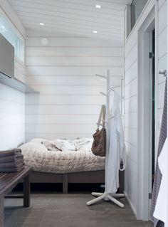 Saunamökkiin rakennettiin pukuhuoneen yhteyteen pieni makuusoppi vierashuoneeksi.